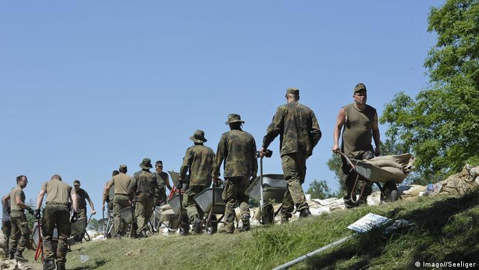 Bildergalerie Deutschland Deichbau Soldaten der Bundeswehr bei der Deichverstärkung nahe Pechau (Imago//Seeliger)
