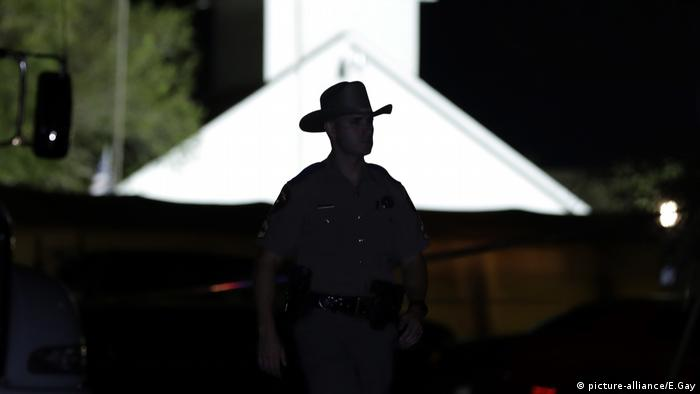 A law enforcement official walks past the First Baptist Church of Sutherland Springs, the scene of a mass shooting (picture-alliance/E.Gay)