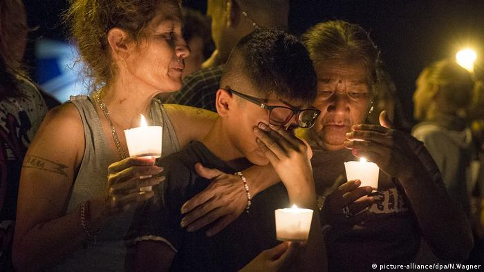 People in Sutherland Springs, Texas mourn the victims of a mass shooting at a church (picture-alliance/dpa/N.Wagner)