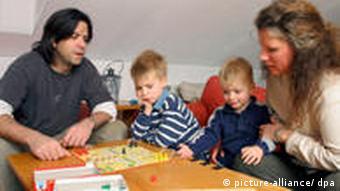 Familie spielt ein Brettspiel im Haus