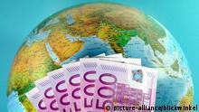 Globus mit Geldscheinen