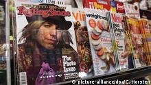 Eine Jubiläumsausgabe des Musikmagazins Rolling Stone liegt am 30.10.2017 in New York (USA) in einem Kiosk. (zu dpa «Gegenkultur-Bibel der Baby Boomers»: Der «Rolling Stone»wird 50 vom 03.11.2017) Foto: Christina Horsten/dpa +++(c) dpa - Bildfunk+++ | Verwendung weltweit