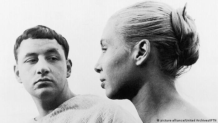 Film still from La Pointe Courte with man and woman looking at each other (picture-alliance/United Archives/IFTN)
