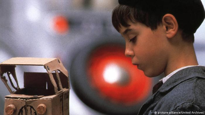 Film still from Jacquot de Nantes with a small boy looking at a toy truck made from cardboard (picture-alliance/United Archives)