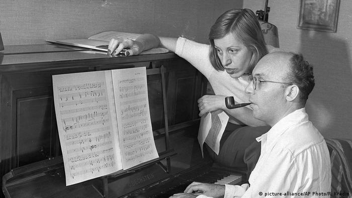 Kurt Weill und wife Lotte Lenya at the piano