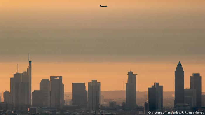 Smog and a plane over Frankfurt (picture-alliance/dpa/F. Rumpenhorst)