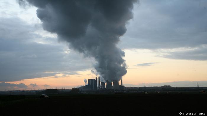 Smog in Deutschland- Das Braunkohlekraftwerk der RWE in Eschweiler bei Aachen (picture-alliance)