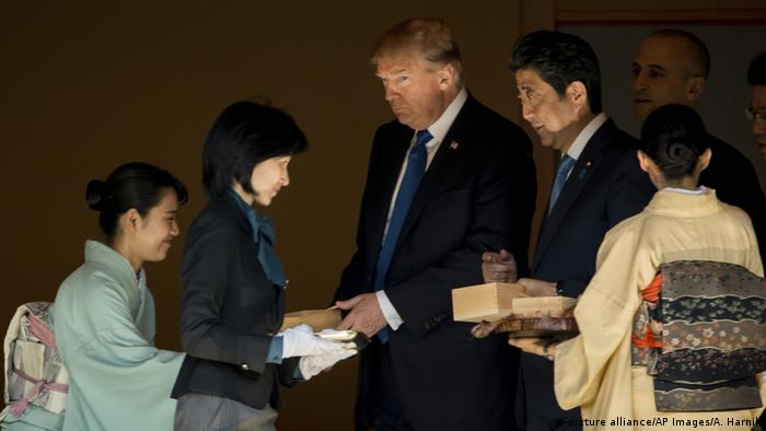 Japan Asien-Reise des US-Präsidenten | Koi-Fütterung (picture alliance/AP Images/A. Harnik)