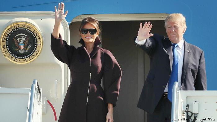 USA Asien-Reise des US-Präsidenten | Melania und Donald Trump (picture alliance / Hiroyuki Wata)