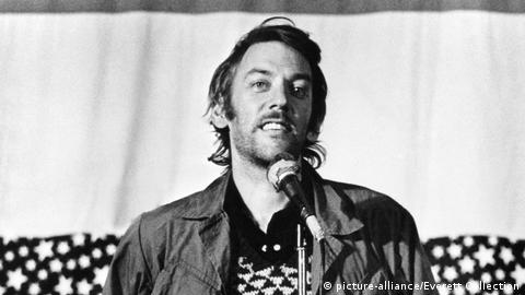 "Filmstill von ""FTA"" (1972) mit Donald Sutherland (picture-alliance/Everett Collection)"