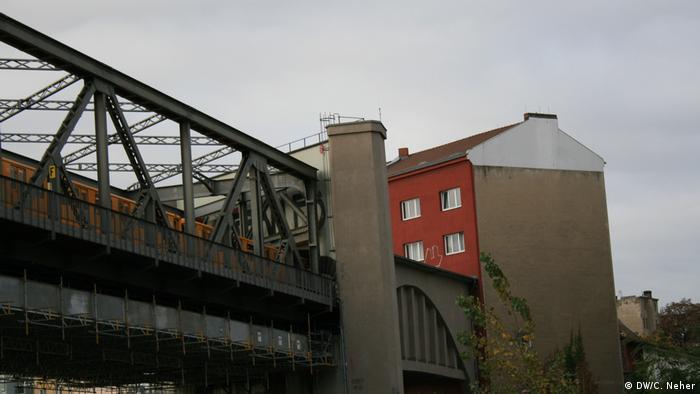 Metrô passa dentro de prédio em Berlim