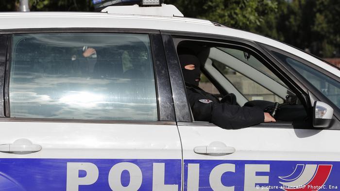 Frankreich Paris Polizisten bei Anti-Terroreinsatz (picture-alliance/AP Photo/C. Ena)