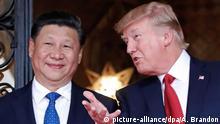 ARCHIV - US-Präsident Donald Trump (r) empfängt am 06.04.2017 in Palm Beach, Florida, USA, den chinesischen Präsidenten Xi Jinping in Trumps Anwesen Mar-a-Lago. (zu dpa Mehr als nur Säbelrasseln: Heikler Gipfel zwischen Trump und Xi vom 07.11.2017) Foto: Alex Brandon/AP/dpa +++(c) dpa - Bildfunk+++  