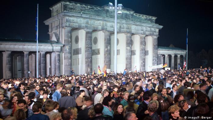 Deutschland Brandenburger-Tor 1990 (imago/F. Berger)
