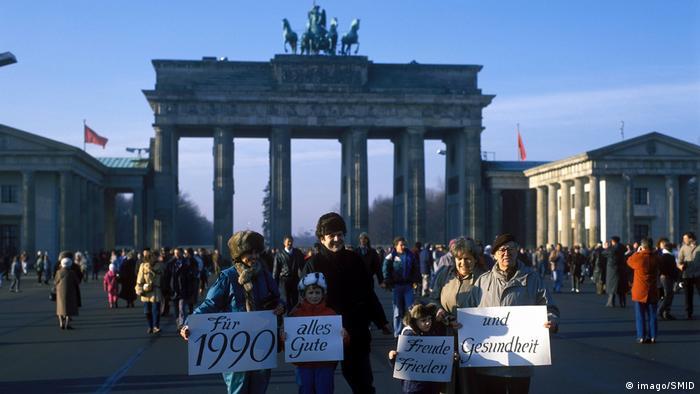 Люди у Бранденбургских ворот в первые дни после падения Берлинской стены
