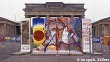 DDR - Reliquien - Händler am Brandenburger Tor bemalter Mauerrest vor dem Brandenburger Tor, DEU, Berlin-Mitte, 11.10.1990; , form:coun GDR Relics Dealer at Brandenburg goal Bemalter Wall rest before the Brandenburg goal DEU Berlin centre 11 10 1990 Shape