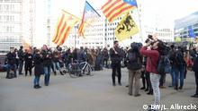Versammlung der katalanischen Bürgermeister heute in Brüssel vor der Europäischen Kommission. Sie haben dort für die Unabhängigkeit Kataloniens protestiert und sind zu einem eintätigen Besuch nach Brüssel zu kommen, um ihre Unterstützung auszudrücken. (c) DW/Lea Albrecht