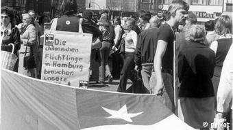 En esta imagen de 1974, manifestantes en el centro de Hamburgo reúnen dinero para los refugiados chilenos.