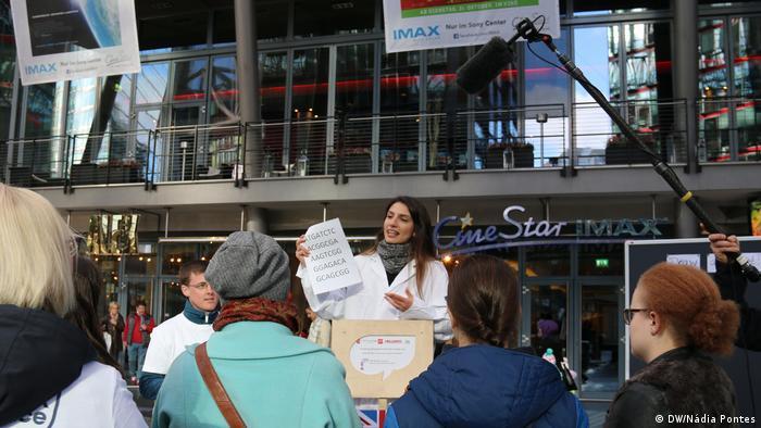 Mariana Cerdeira fala no evento Soapbox Science, em Berlim