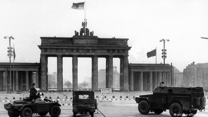 برلین غربی وضعیت ویژهای داشت. با وجود این که قانون اساسی آلمان فدرال مجازات اعدام در این کشور را لغو شده اعلام کرده بود ولی در برلین غربی که پس از جنگ جهانی دوم اداره آن میان سه دولت متفق غربی آمریکا، فرانسه و بریتانیا تقسیم شده بود به طور رسمی مجازات اعدام در تاریخ ۱۴ مارس ۱۹۸۹ لغو شد. تصویر: سربازان بریتانیایی در جلوی دروازه براندنبورگ برلین در تاریخ اکتبر ۱۹۶۱