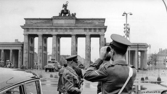 جنود بريطانيون أمام بوابة براندنبورغ في العاصمة الألمانية برلين بُعيد الشروع ببناء جدار برلين عام 1961.