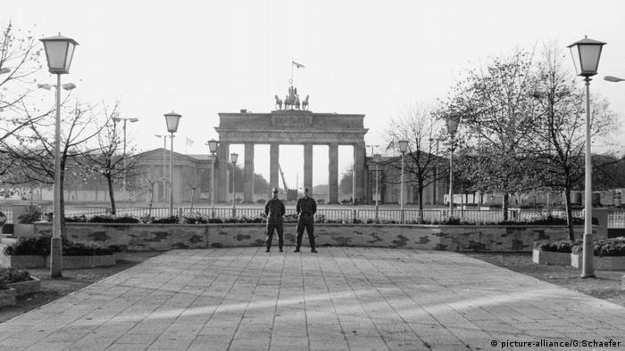 Deutschland, Brandenburger-Tor, Berlin, Mauer, Grenztruppen 1989 (picture-alliance/G.Schaefer)