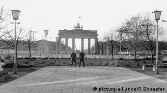 Soldats defendant le mur devant la porte de Brandebourg, Berlin