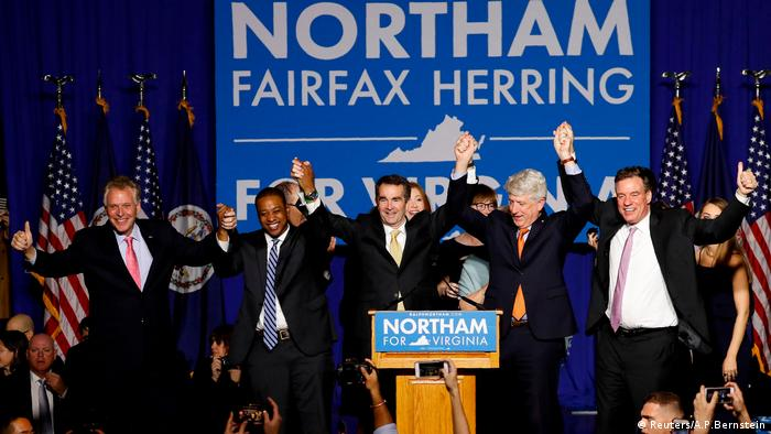O democrata Ralph Northam (c.) comemora vitória em eleição estadual na Virgínia