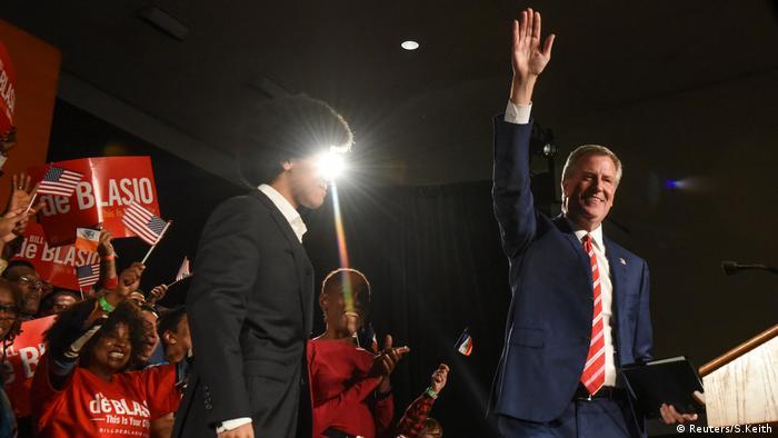 USA, New Yorks Bürgermeister Bill de Blasio wird nach seiner Wiederwahl von Unterstützern begrüßt (Reuters/S.Keith)