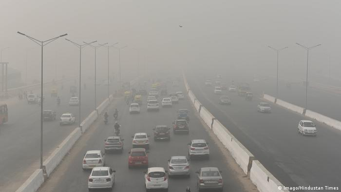 Delhi roads engulf with thick smog