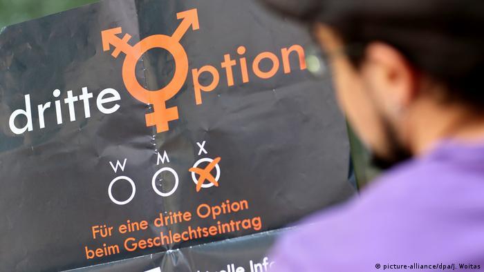 Cartaz com os dizeres por uma terceira opção no registro de gênero