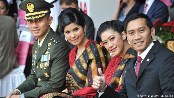 Indonesien - Präsidentensöhne mit Ehefrauen - Agus Harimurti Yudhoyono und Anissa Larazati, Edhie Baskoro Yudhoyono und Ruby Aliya Rajasa (Getty Images/AFP/R. Gacad)