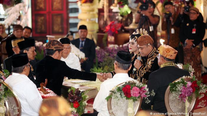 Die Trauung der Tochter des indonesischen Präsidenten Joko Widodo (picture-alliance/AA/Yoma Times/Pool)