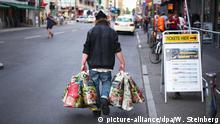 Symbolbild Armut - Flaschensammler