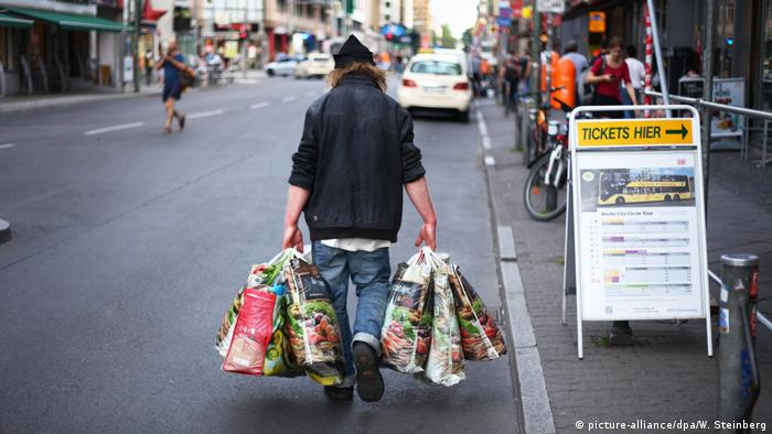 A man in Berlin collects bottles to make ends meet (picture-alliance/dpa/W. Steinberg)