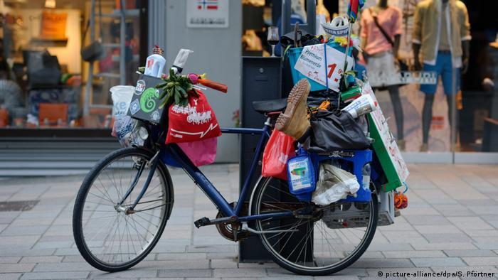 велосипед с чьими-то пожитками