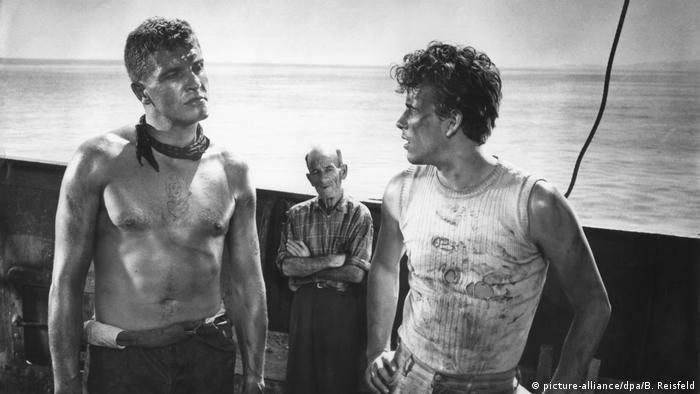Film still with Horst Buchholz (r) and Helmut Schmid in The Death Ship (picture-alliance/dpa/B. Reisfeld)