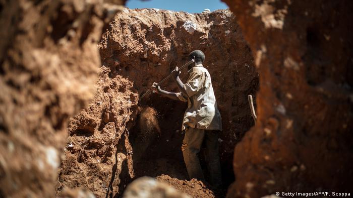 مجله فوربس نوشته است که آفریقا ۲۰ درصد کتان مورد نیاز چین را تامین میکند. آفریقا نصف ذخایر منیزیم جهان را هم دارد که در صنعت فولاد به کار میرود و جمهوری دموکراتیک کنگو به تنهایی نصف ذخایر تلق جهان را در اختیار دارد. آفریقا همچنان ذخایر قابل توجه کولتان دارد که مورد نیاز صنعت الکترونیک است. چین به همه این منابع نیاز دارد. (عکس: معدن کبالت در جمهوری دموکراتیک کنگو)