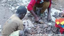 HANDOUT - Kinder arbeiten auf der undatierten Aufnahme von Amnesty International in einer Kobaltmine im Kongo. Foto: Thomas Coombes (zu dpa «Kinderarbeit fürs Smartphone:Amnesty-Bericht zu Kobaltminen im Kongo» vom 19.01.2016 - ACHTUNG: Verwendung nur für redaktionelle Zwecke im Zusammenhang mit der Berichterstattung zum aktuellen Amnesty-Bericht und nur bei Urheber-Nennung «Foto: Thomas Coombes/amnesty international/dpa») +++(c) dpa - Bildfunk+++ | Verwendung weltweit