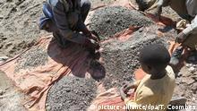 HANDOUT - Kinder arbeiten auf der undatierten Aufnahme von Amnesty International in einer Kobaltmine im Kongo. Foto: Thomas Coombes (zu dpa «Kinderarbeit fürs Smartphone:Amnesty-Bericht zu Kobaltminen im Kongo» vom 19.01.2016 - ACHTUNG: Verwendung nur für redaktionelle Zwecke im Zusammenhang mit der Berichterstattung zum aktuellen Amnesty-Bericht und nur bei Urheber-Nennung «Foto: Thomas Coombes/amnesty international/dpa») | Verwendung weltweit