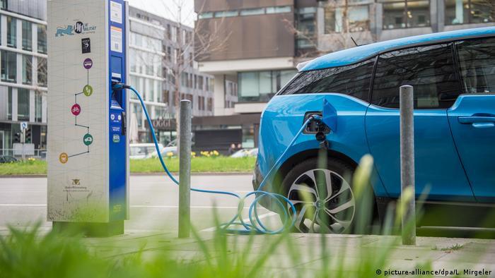 BMW i3 Elektroauto an einer Stromtankstelle (picture-alliance/dpa/L. Mirgeler)