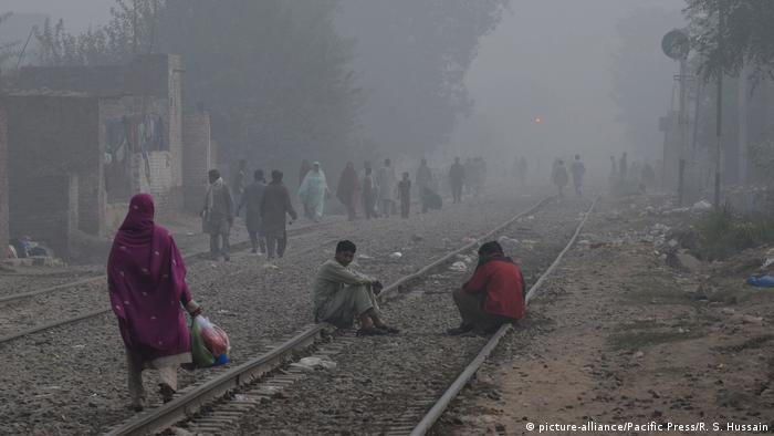 Pakistan Smog in Lahore (picture-alliance/Pacific Press/R. S. Hussain)