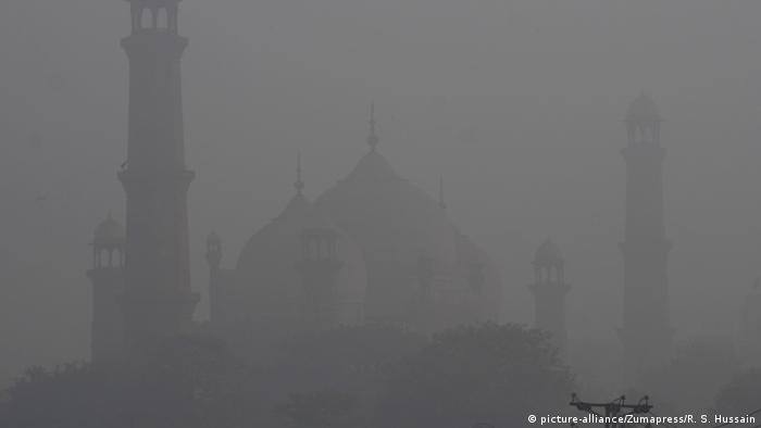A mosque engulfed in smog in Lahore, Pakistan