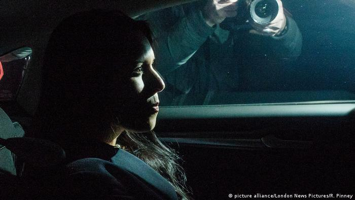 Patel in a car at Downing Street as reporters take pictures (picture alliance/London News Pictures/R. Pinney)