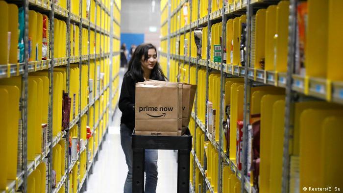 Angestellte in einem Amazon Prime Now Lager in Singapur
