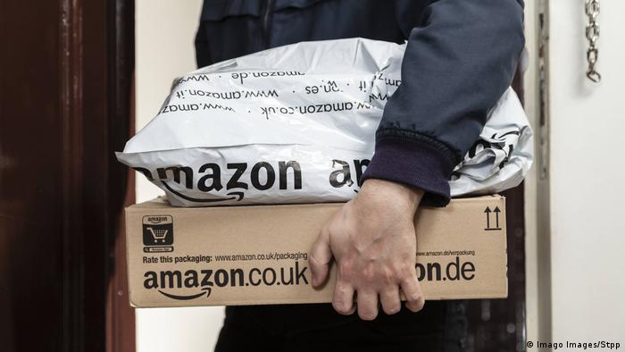 UK Paketbote liefert Amazon-Pakete aus