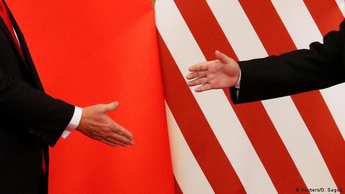 Hände von Donald Trump und Chinas Staatschef Xi Jinping (Archivfoto: Reuters/D. Sagolj)