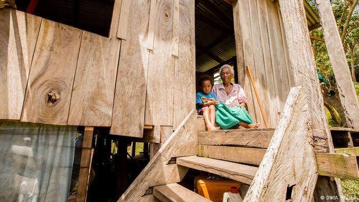 Fidschi | Maria Lolou mit Urenkelin (DW/Aaron March)