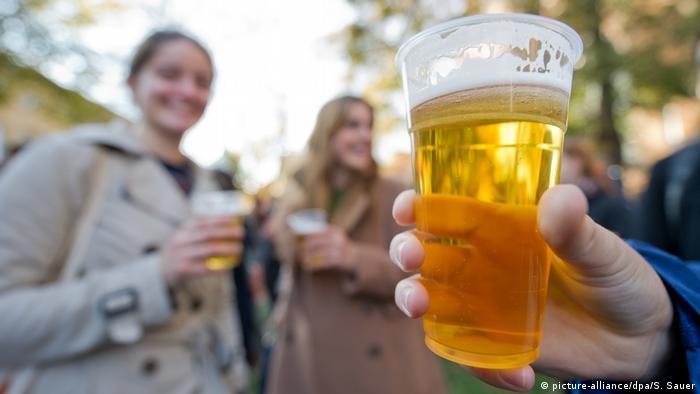 Junge Menschen trinken Bier