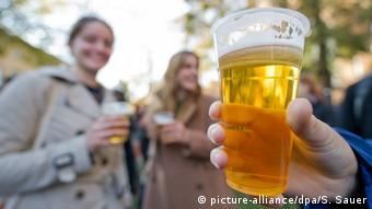 Немецкие студенты пьют пиво на улице